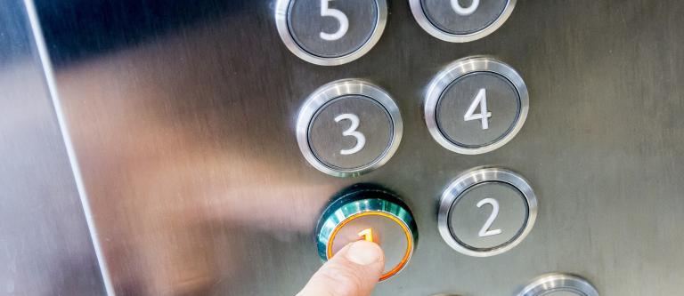 Nuevo criterio de pago de gastos de bajada de «cota 0» del ascensor concurriendo exención de pago de gastos y minusvalía (análisis de la STS 381/2018, de 21 de junio)