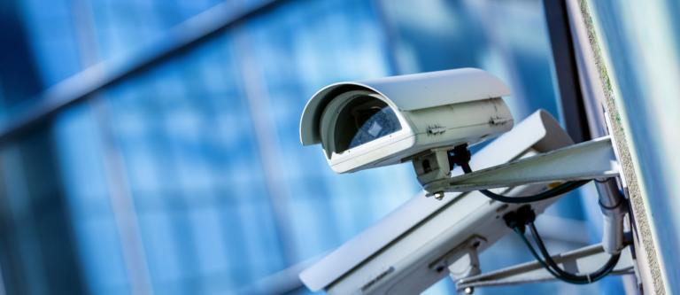 Condena a una empresa por orientar una cámara simulada hacia una propiedad colindante